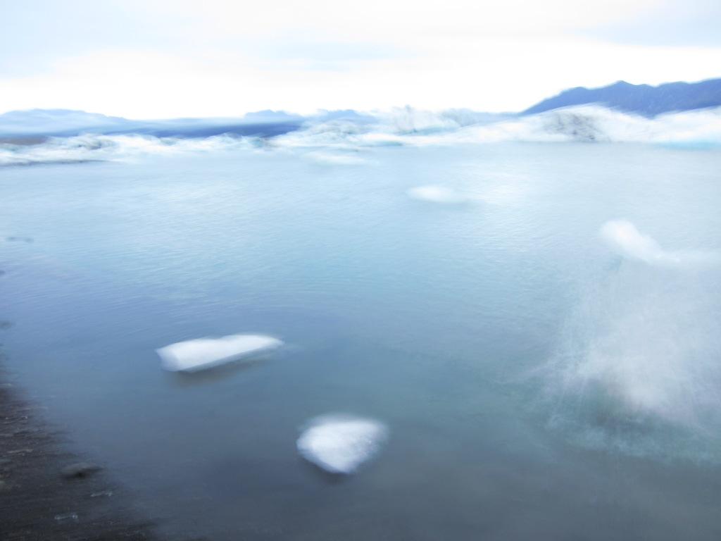 Ice landing in Jökulsárlón